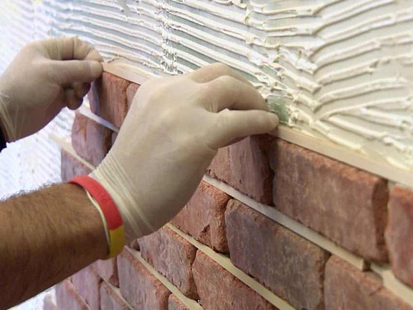 Для создания имитации кирпичной кладки из облицовочного кирпича следует применять специально предназначенные клеющие составы