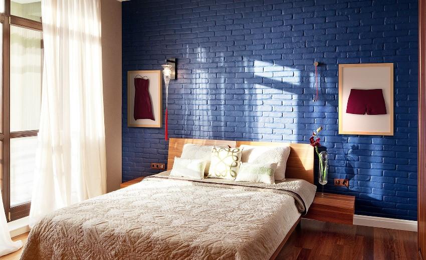 Для создания уютной и романтической атмосферы в спальне кирпичную стену можно покрасить в синий цвет