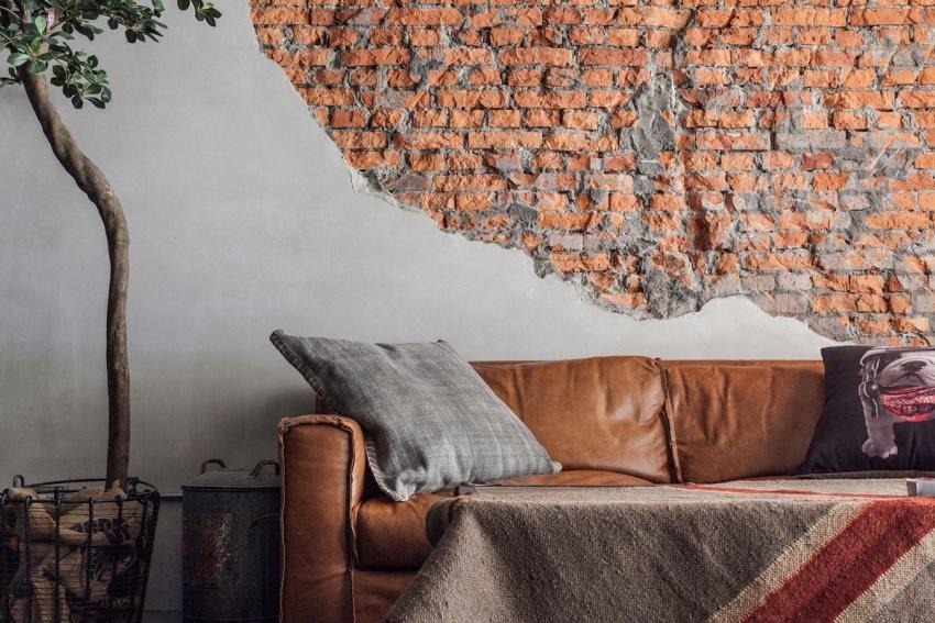 Сочетание оголенной кирпичной кладки с гладкой поверхностью стен позволяют получить интересный декоративный эффект