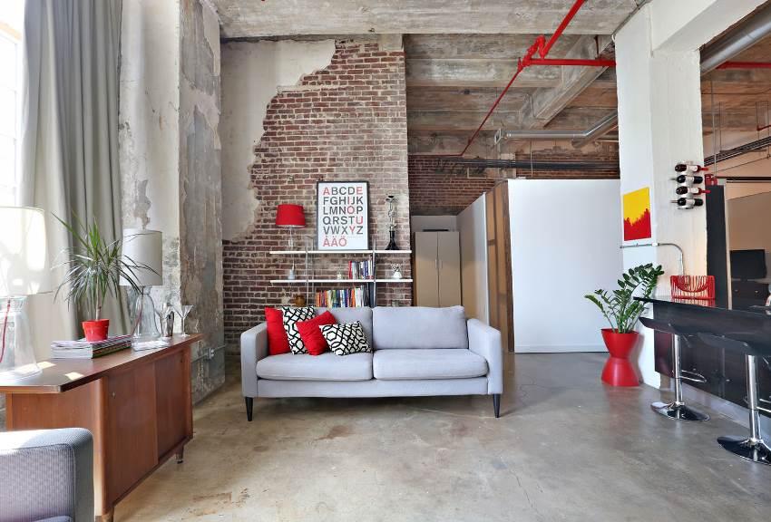 Стена с имитацией кирпичной кладки как акцент интерьера гостиной