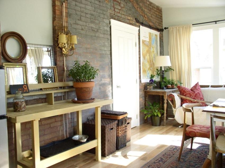 Кирпичная стена в гостиной - отличный фон для зоны отдыха