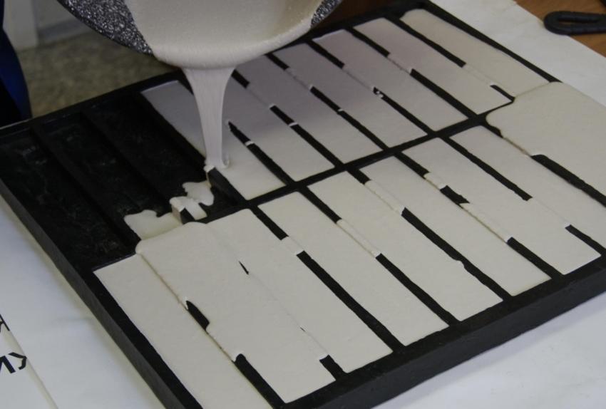 Для создания облицовочного кирпича используется специальная гипсовая смесь и формы