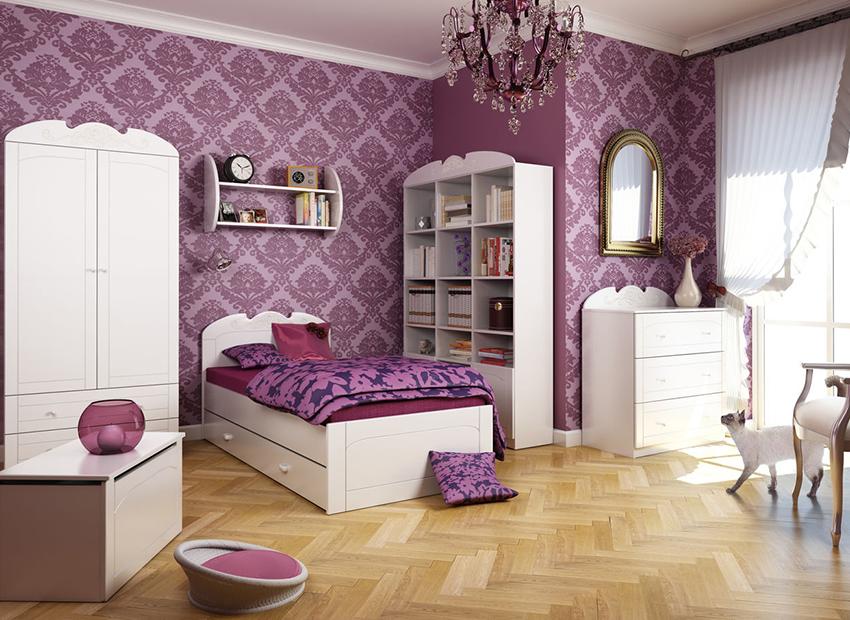 Пример отделки комнаты сиреневыми обоями