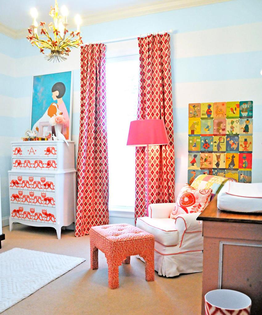 Пример отделки комнаты обоями в горизонтальную полоску