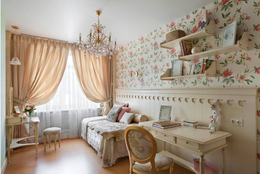Пример отделки комнаты девочки обоями с принтом цветов