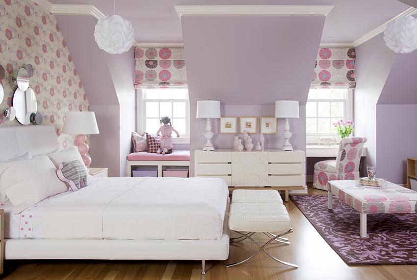 Пример отделки комнаты обоями нежного сиреневого цвета