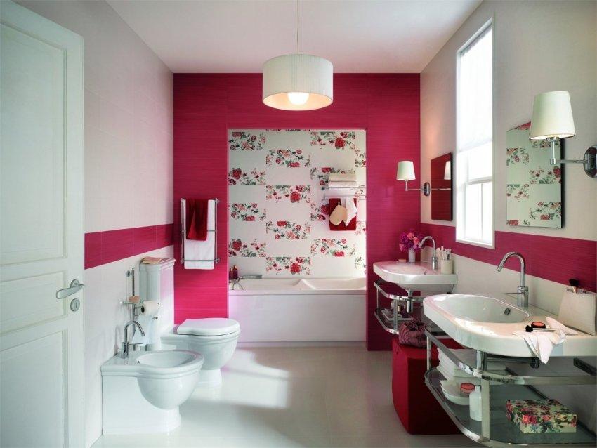 Более яркие тона обоев следует сочетать с нейтральными цветами для гармоничного интерьера и комфортного нахождения в ванной