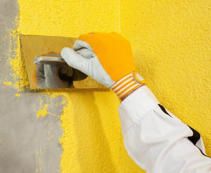 Полученая смесь из жидких обоев довольно быстро сохнет, поэтому наносить её на стены нужно сразу