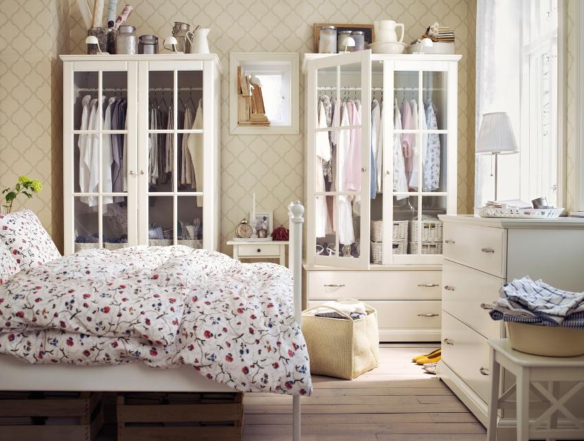 Спальная комната с обоями в стиле прованс, должна излучать тепло, спокойствие и умиротворение