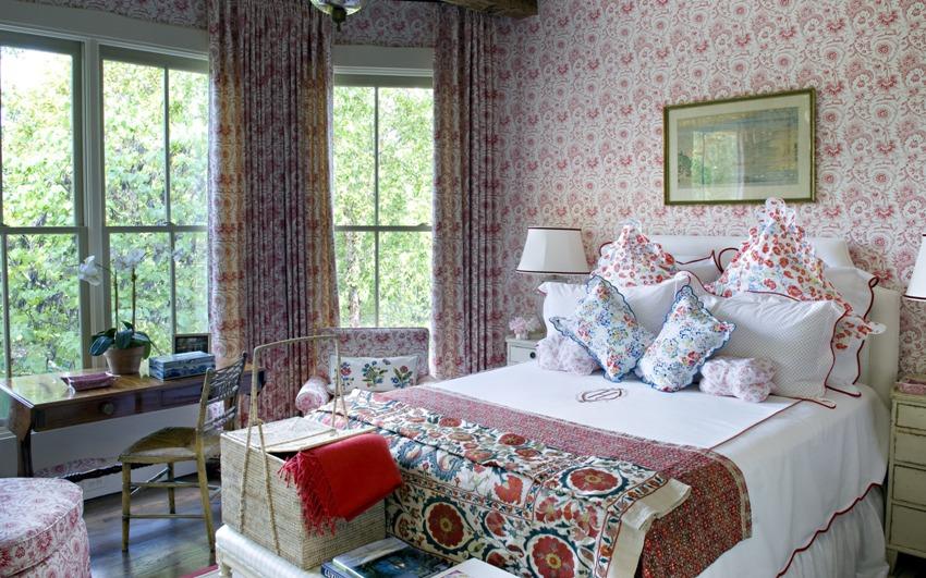 Обои в стиле прованс можно подобрать в тон мягкой обивке мебели, декоративным подушкам или покрывалам