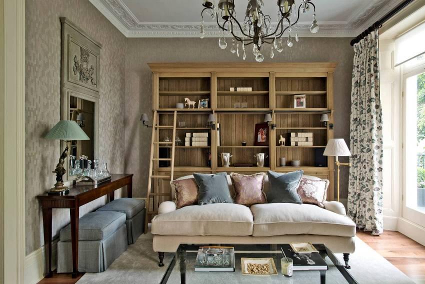 В оформлении стен гостиной в стиле прованс используются светлые, будто выгоревшие на солнце, цвета