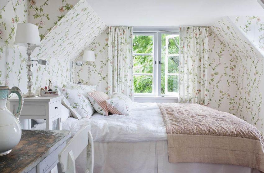 Для оформления спальной комнаты подойдут практически все обои на тему прованса