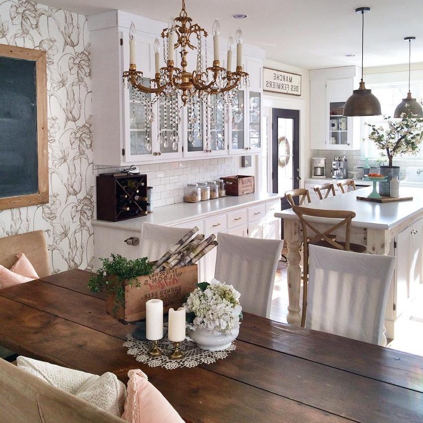 Обои в стиле прованс на кухне отлично сочетаются с кафельной плиткой или кирпичом