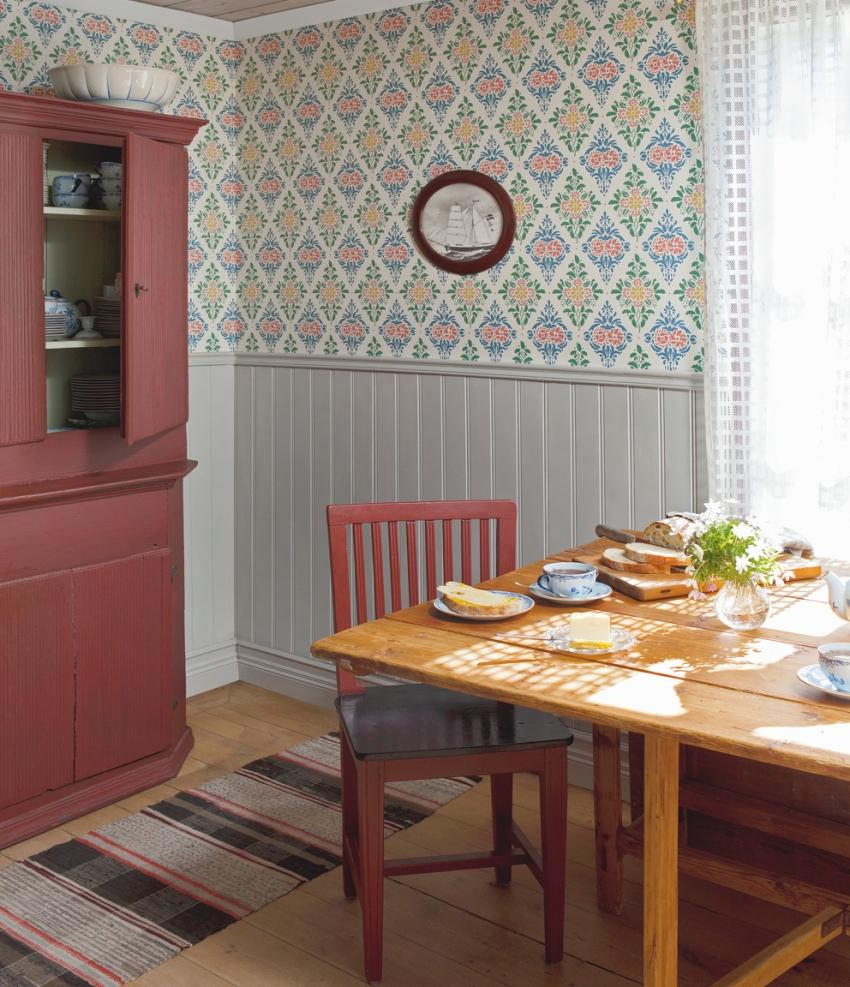 Обои в стиле прованс для кухни нужно выбирать, ориентируясь на возможности гармоничного комбинирования с другими отделочными материалами