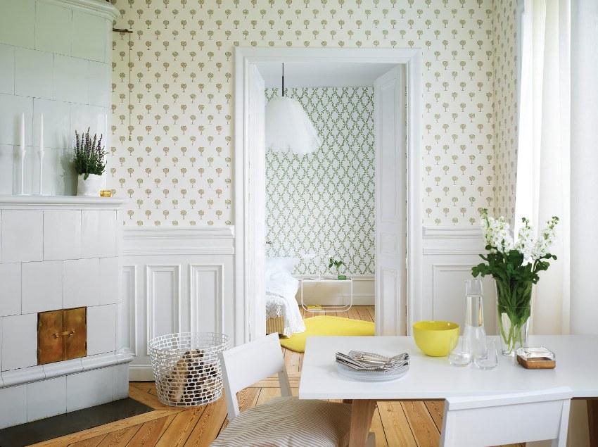 Украшенные небольшими деталями и повторяющимся рисунком обои в стиле прованс, визуально сделают комнату более светлой и уютной