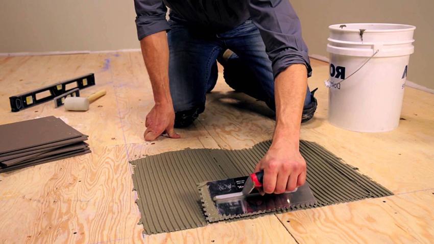 Положить плитку в туалете можно своими руками, но для этого нужны определенные навыки