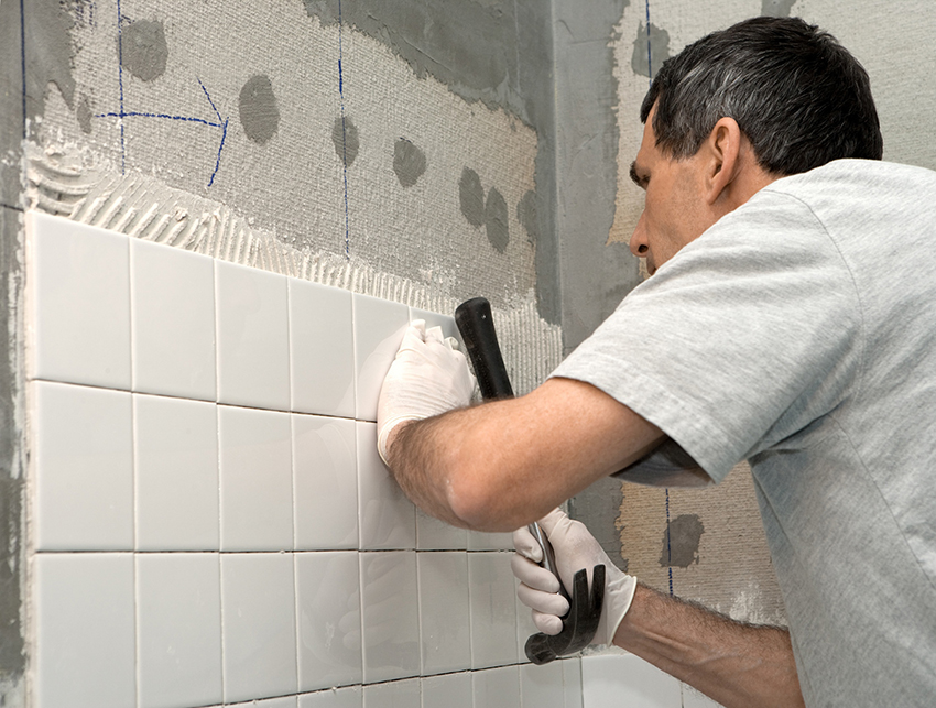 Перед тем как класть плитку на стены рекомендуется сделать разметку