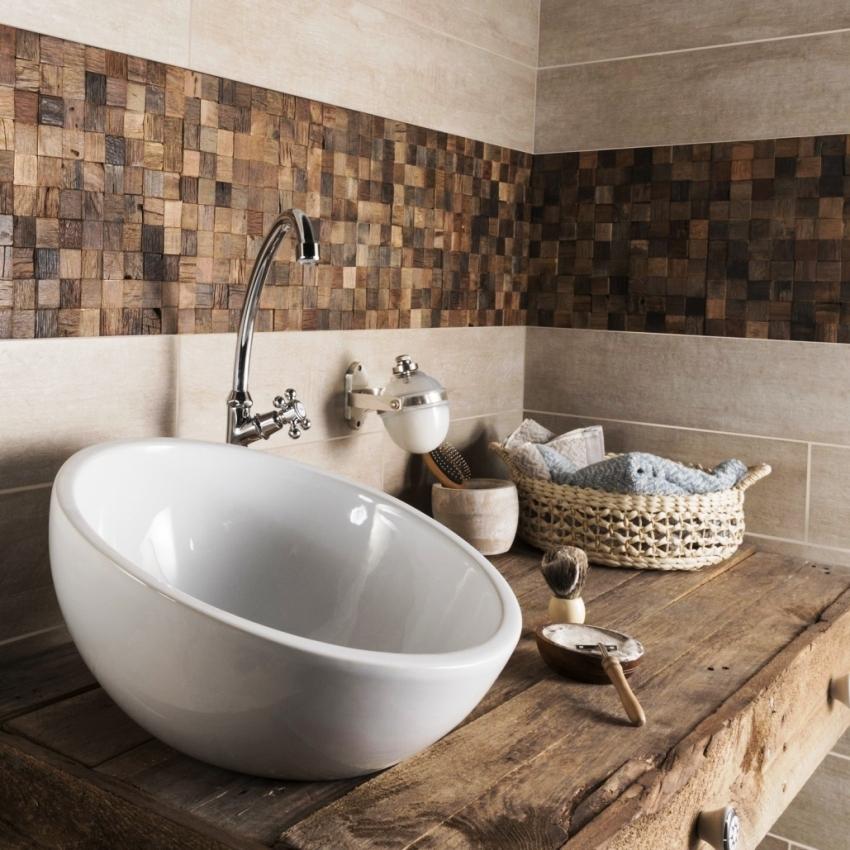 Деревянную плитку не рекомендуется использовать для отделки особо влажных помещений, но возможно укладывать в качестве небольших декоративных элементов