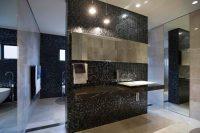 Если в ванной комнате достаточно света, то ее стены можно смело украшать черной плиткой