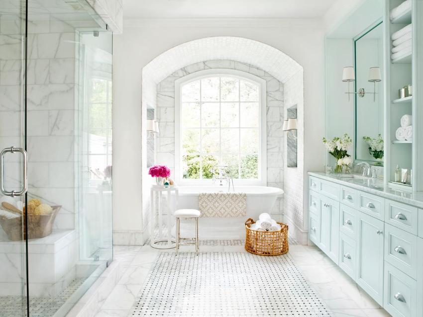 Белая плитка для ванной всегда будет оставаться актуальной, ведь этот цвет всегда был базовым и распространенным вариантом оформления помещения