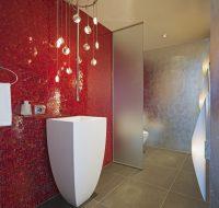 Фоновая плитка-мозаика для ванной комнаты небольших размеров создает интересную фактурную поверхность и без наличия рисунка