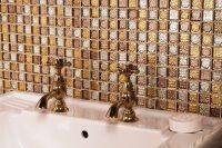 Создать неповторимый эксклюзивный интерьер в ванной комнате можно благодаря бронзовой плитке мозаике