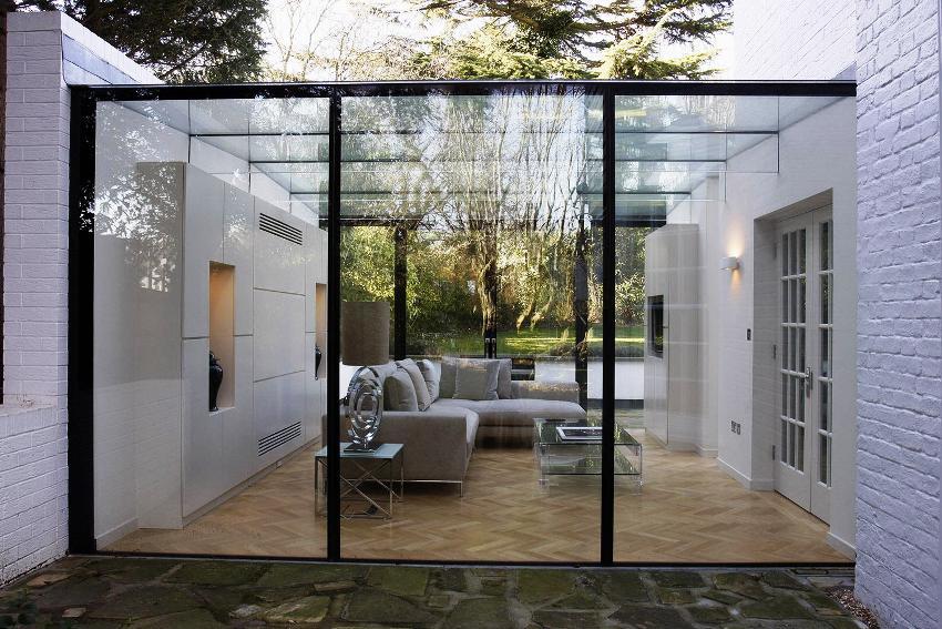 Удобный и необычный вариант дома с застекленной верандой и террасой