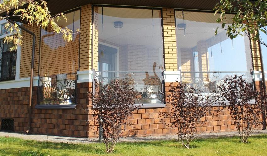 Мягкие окна отличаются относительно низкой стоимостью и легкостью установки