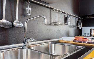 Рейлинг на кухню: полезный и универсальный атрибут для хранения