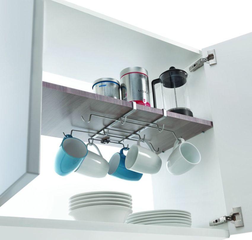 Рейлинг для хранения чашек можно расположить внутри подвесного шкафа