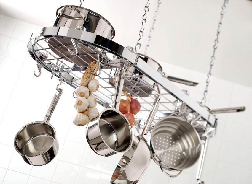 Подвесная рейлинговая система позволяет удобно хранить кухонную посуду