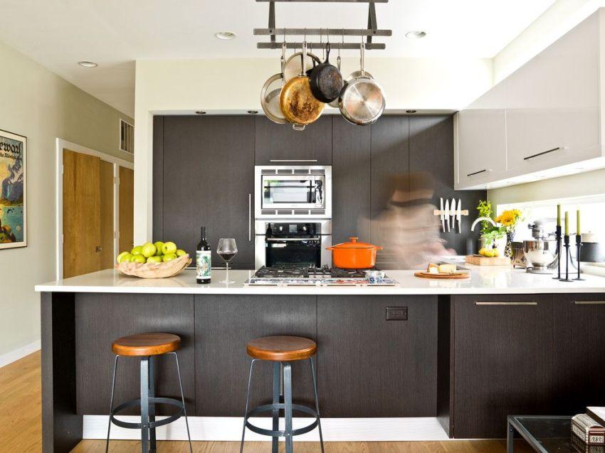 Подвесной потолочный рейлинг в интерьере современной кухни