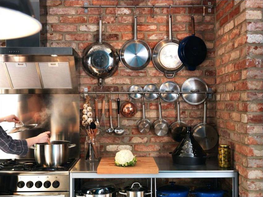 На кухне без подвесных шкафов штанги можно располагать параллельно одну над другой