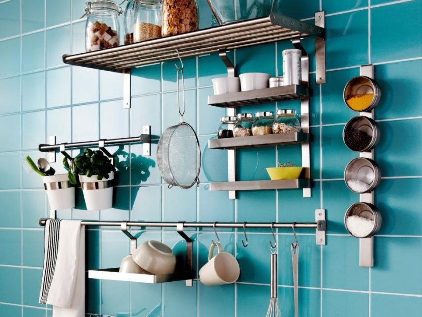Любое свободное место на стене кухни можно оборудовать различными функциональными элементами для хранения утвари и быстрого доступа к ней