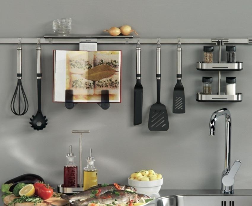 Рейлинговая система позволяет удобно располагать и хранить кухонные пренадлежности, специи и другие предметы