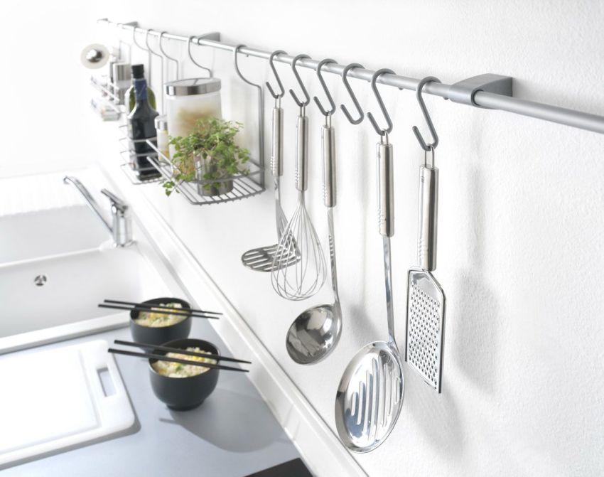 Цвет рейлинга и навесного оборудования можно подобрать, например, под цвет кухонного смесителя