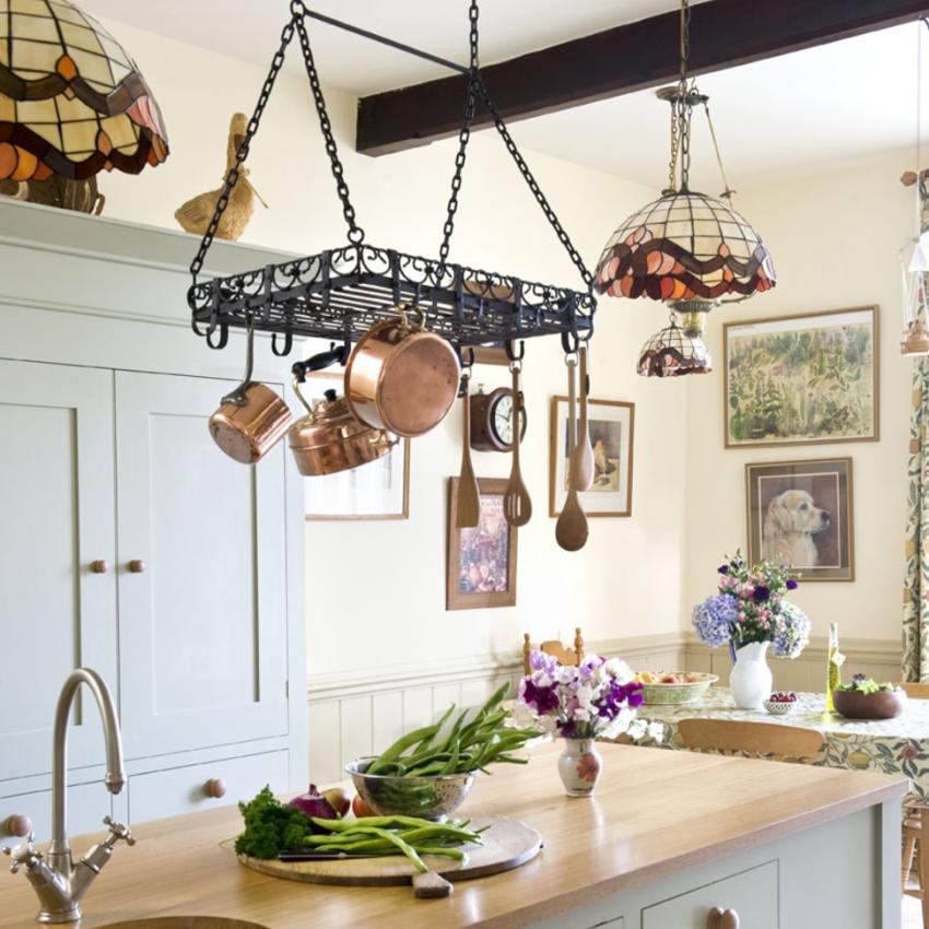 Подвесные системы рейлингов крепятся к потолку, благодаря чему могут выдержать вес тяжелых кастрюль и сковородок