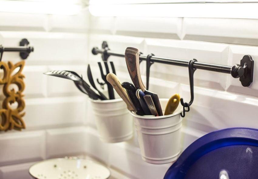 Под разный дизайн кухни можно подобрать рейлинг, соответствующий стилю и цветовому решению помещения