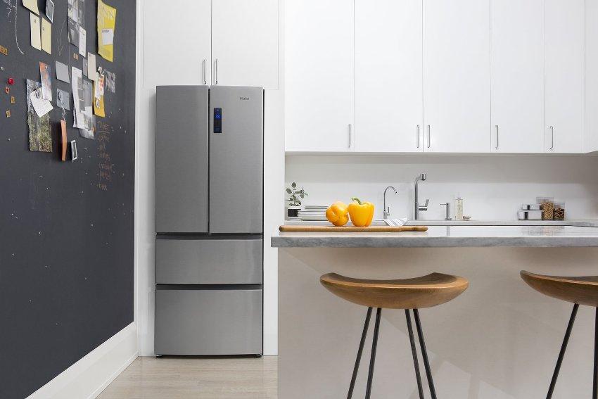 Частично встроенный в мебель холодильник в интерьере современной кухни