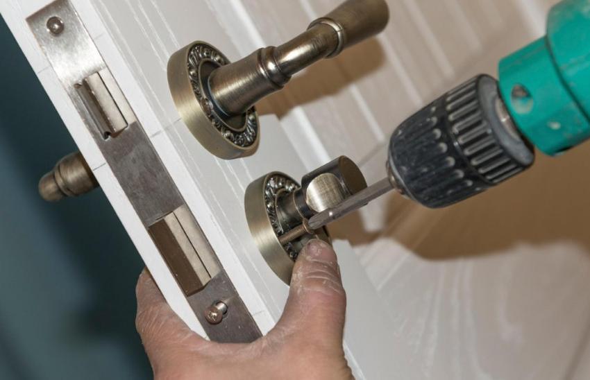 Монтаж дверной ручки с замком-защелкой