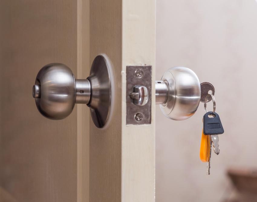 С одной стороны поворотная ручка имеет замок под ключ, с другой - кнопку-защелку