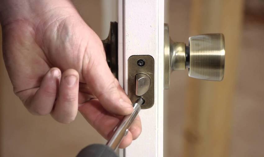 Поворотная ручка без защелки имеет роликовый механизм запирания двери