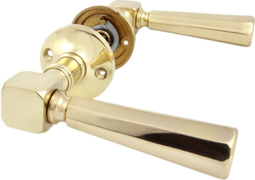 Простой комплект дверной фурнитуры - ручки без замков и защелок