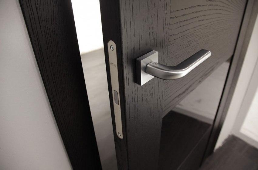 Дверная хромированная ручка в лаконичном дизайне