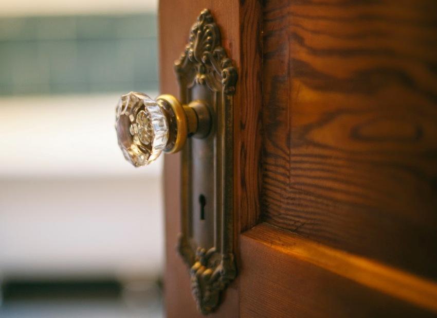 Дверные ручки могут снабжаться замком или защелкой