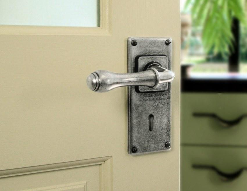 Металлическая дверная ручка в винтажном стиле