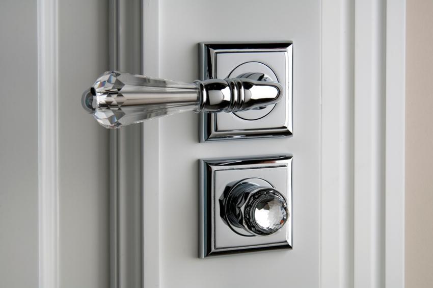 Стеклянная дверная ручка и защелка расположены на разных монтажных пластинах