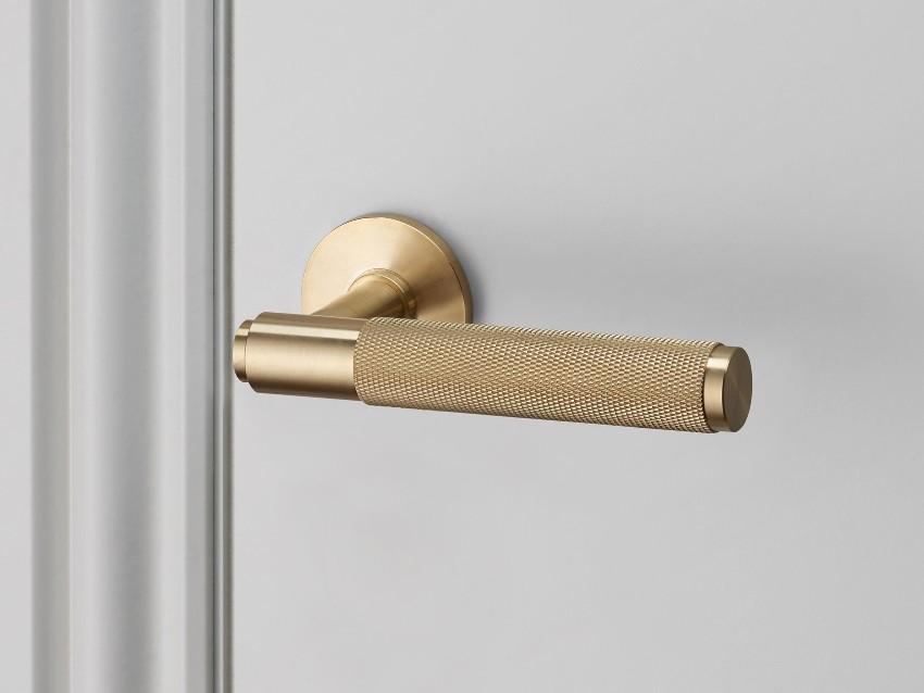 Элегантная дверная ручка с позолоченным покрытием