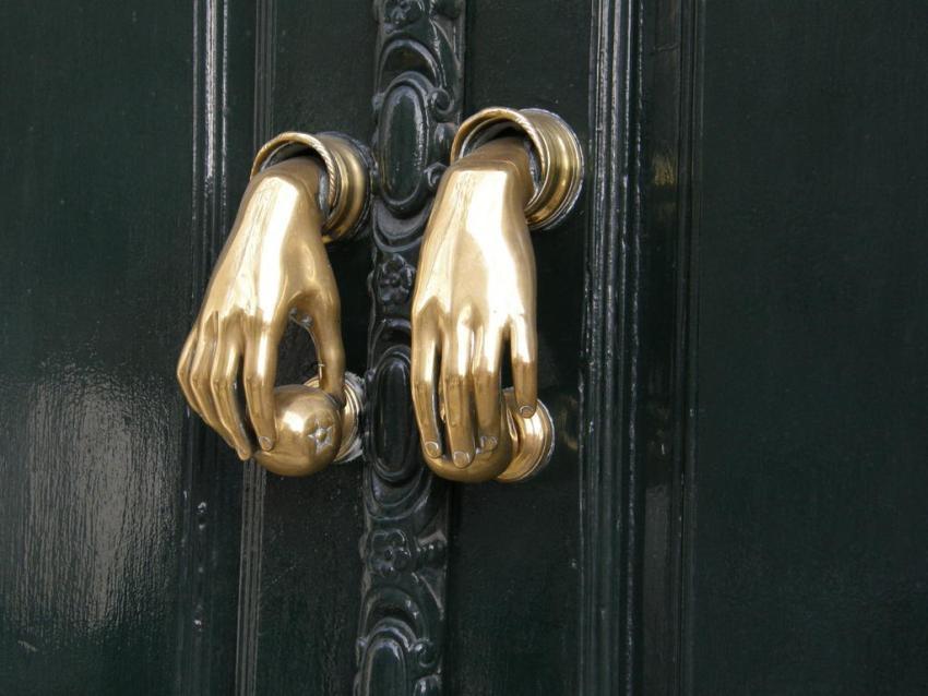 Для нестандарнтных интерьеров и дверей можно подобрать особо оригинальные ручки