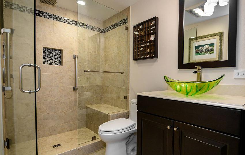 Распашные шторки обычно ставят в средние и большие ванные комнаты
